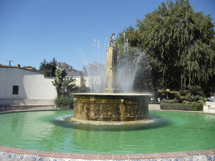 Vista de la fuente Electric Fountain en Beverly Hills