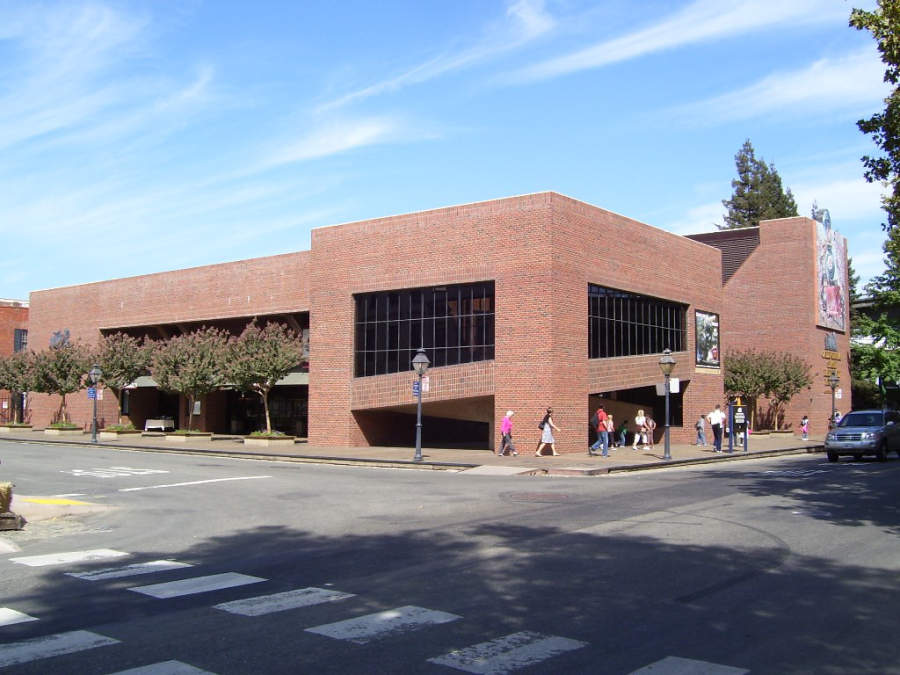 Vista exterior del Museo del Ferrocarril del Estado de California