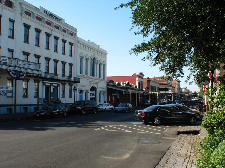 Una calle del barrio Old Sacramento