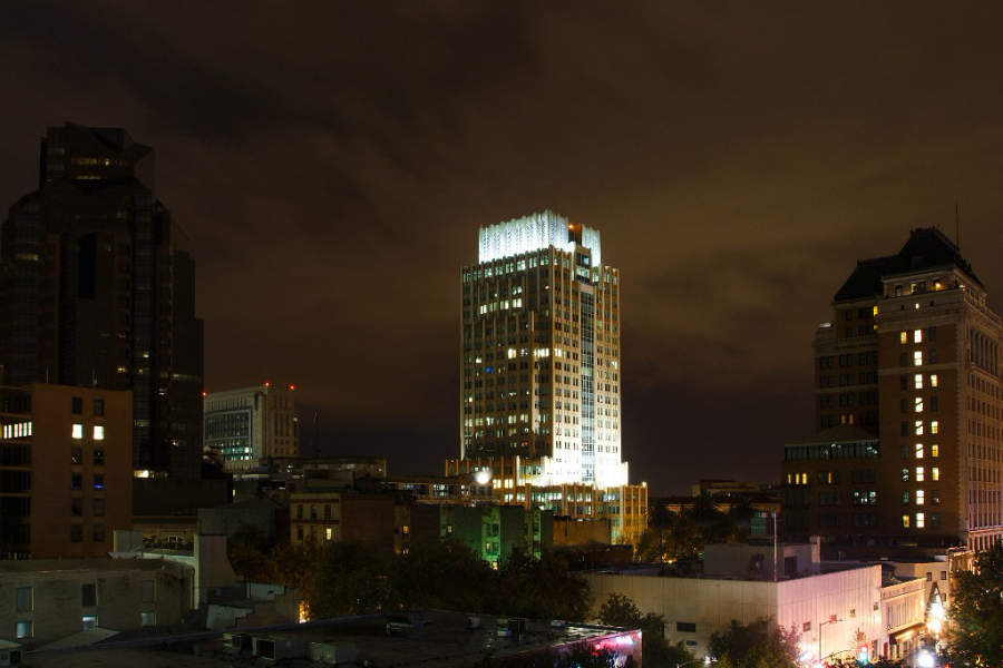 Vista nocturna del centro de Sacramento, California
