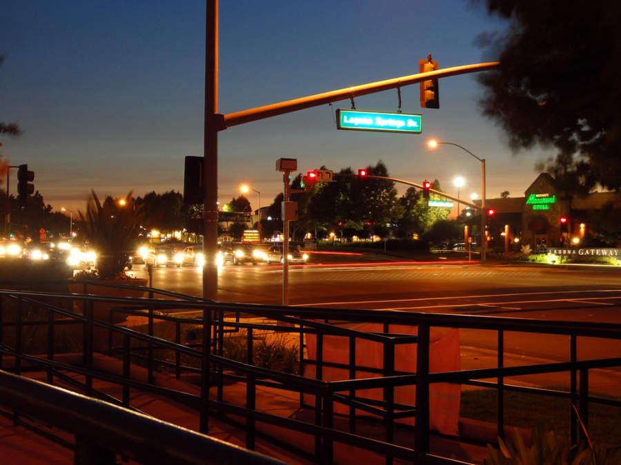 Vista del centro de Elk Grove iluminado