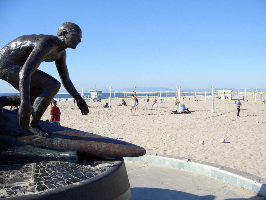 Monumento Tim Kelly Lifeguard Memorial en Hermosa Beach cerca de Redondo Beach