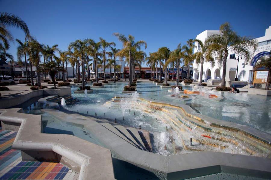 El Palacio Municipal de Oceanside cuenta con algunas fuentes en su entrada