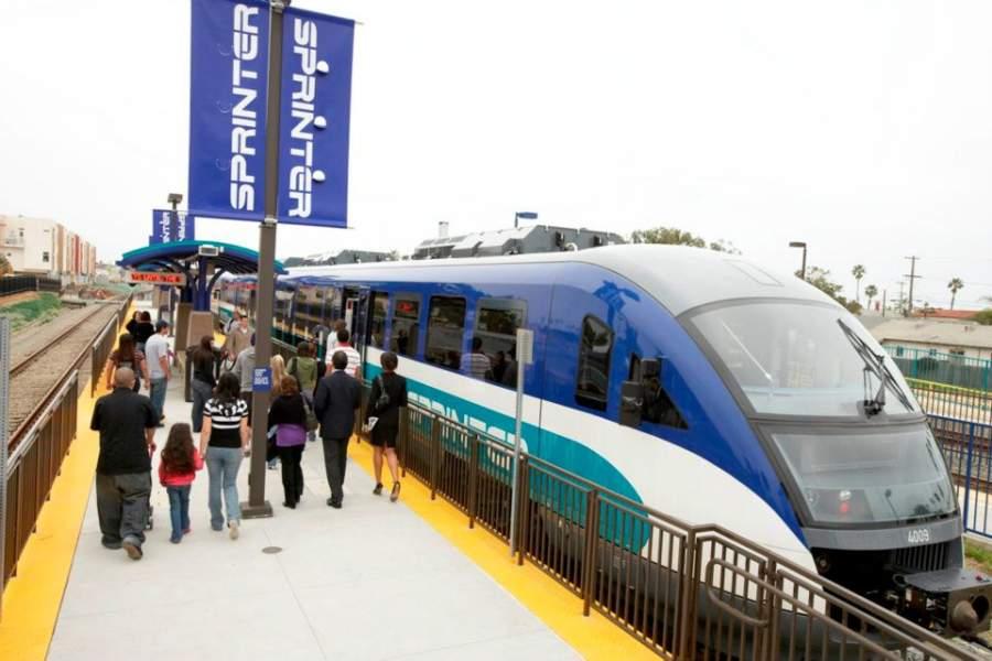 Tren ligero en Oceanside, ubicada entre San Diego y Los Ángeles