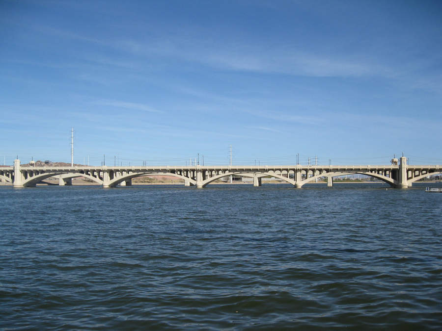 Vista de un puente en la ciudad de Tempe
