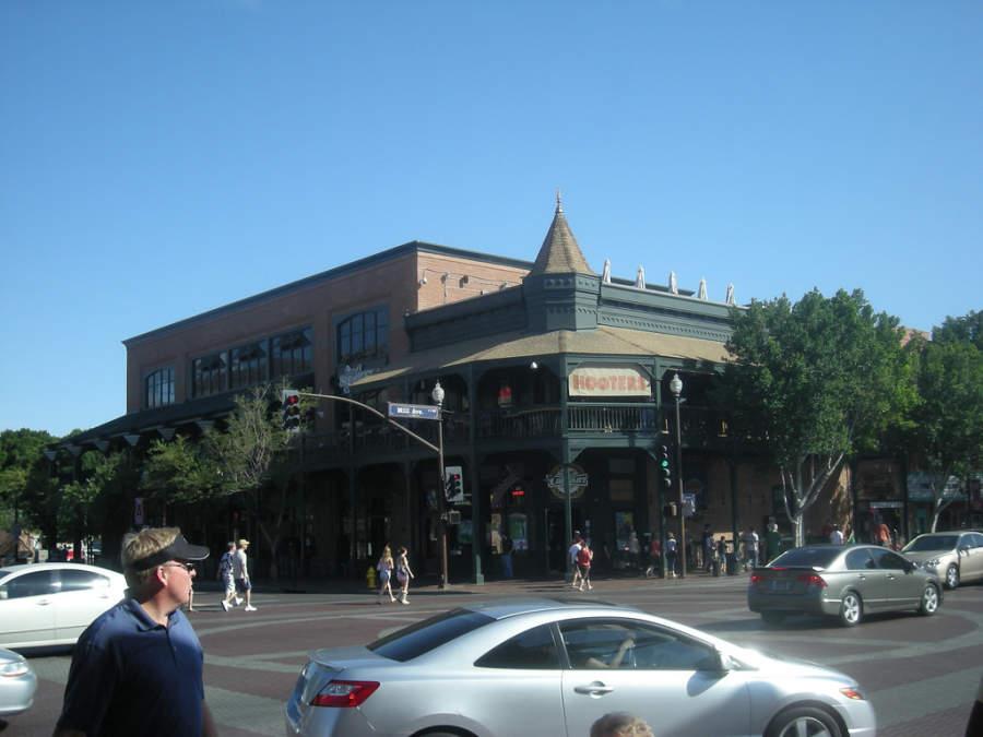 El Distrito Mill Avenue es la zona comercial más importante en Tempe