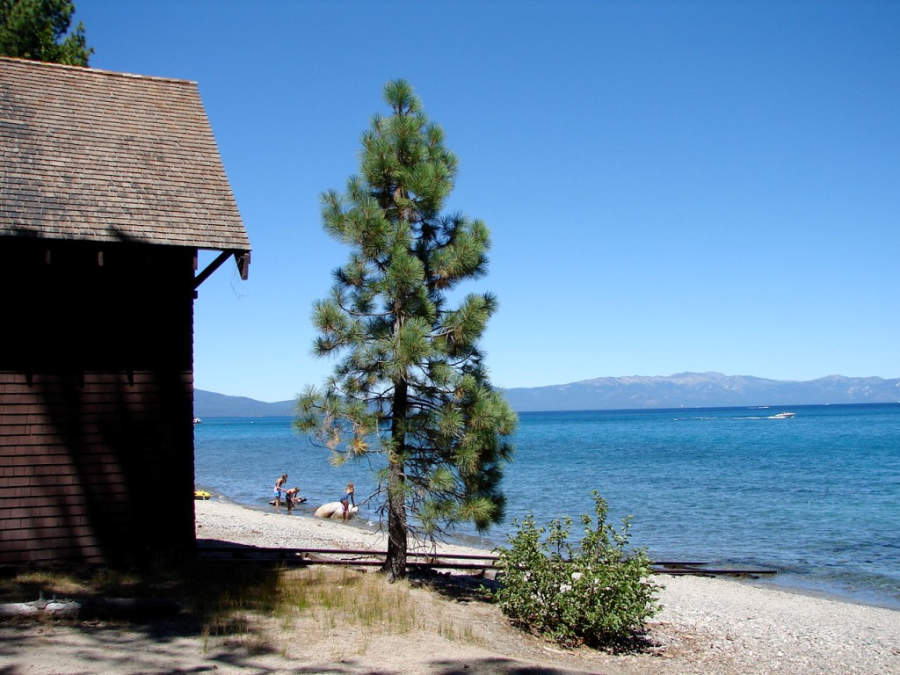 Vista del lago Tahoe desde el Parque Estatal Sugar Pine Point