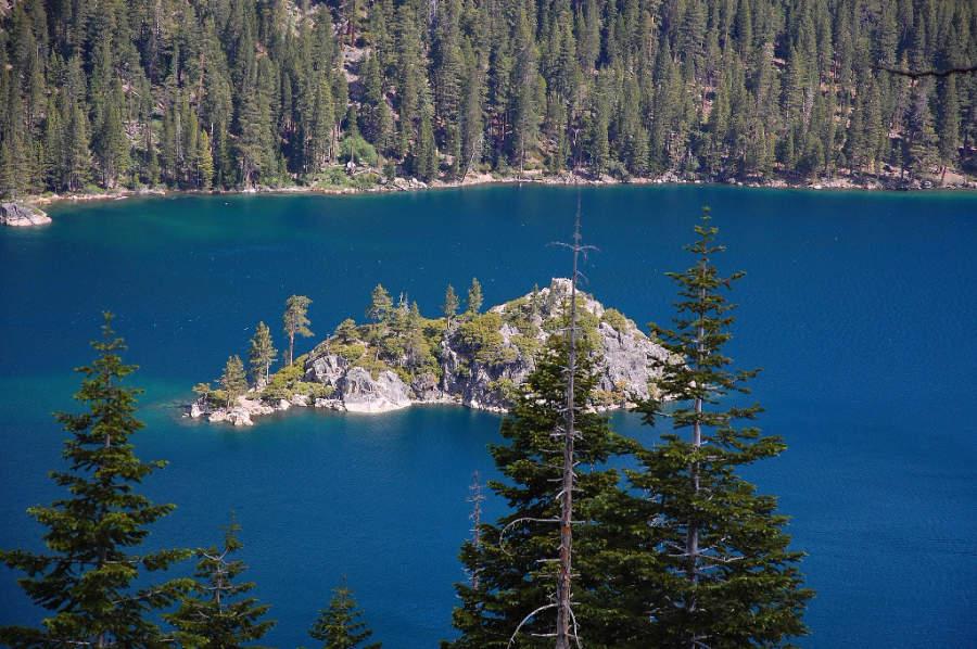 Tahoma se localiza a la orilla del lago Tahoe