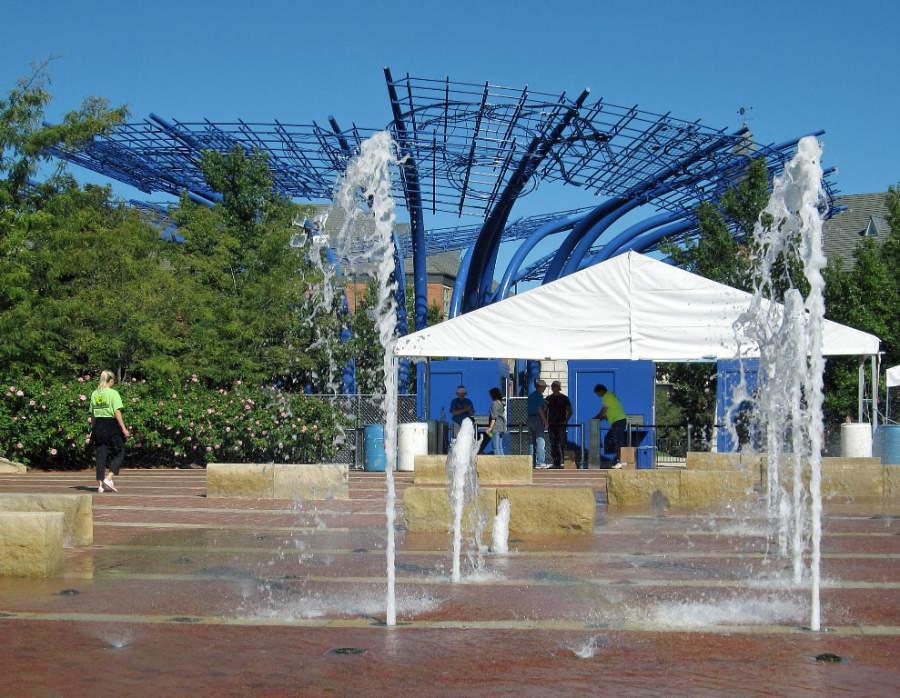La escultura Blueprints at Addison Circle es una de las más representativas de la ciudad