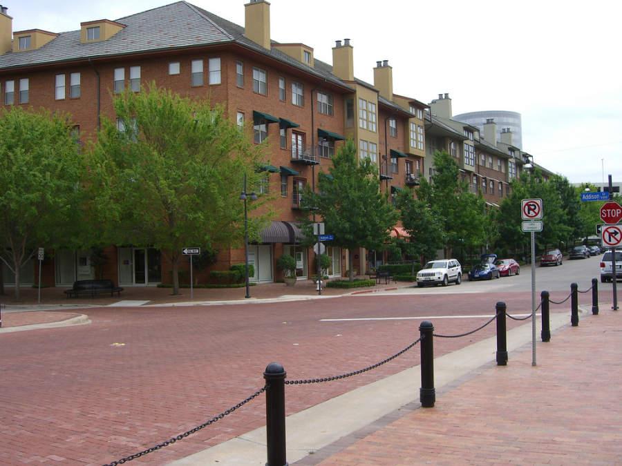 Calle del centro de la ciudad de Addison en Texas