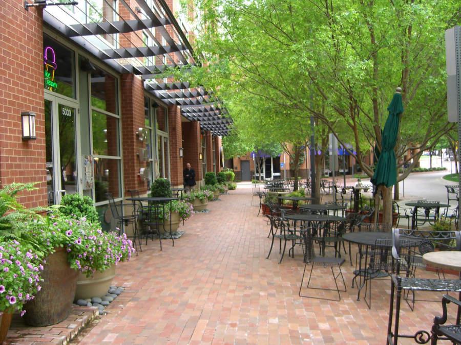 El centro de Addison tiene varios restaurantes y tiendas