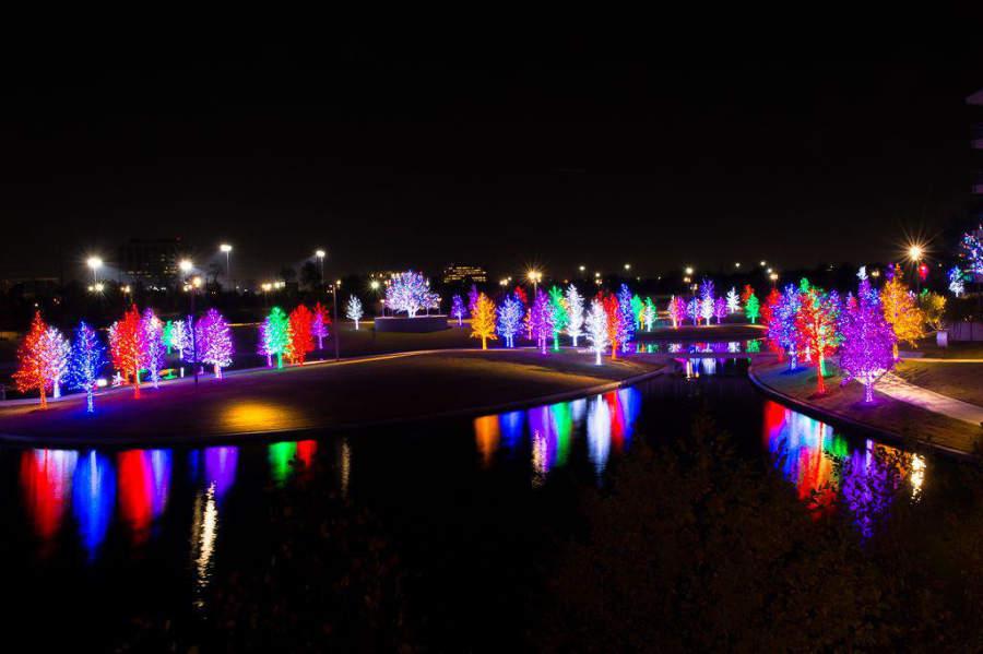 Decoración navideña en el centro de la ciudad de Addison