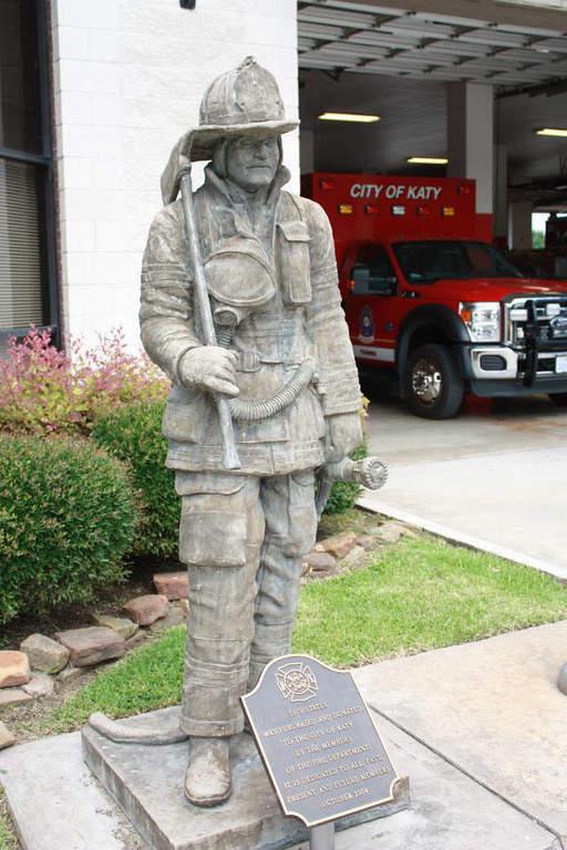 Estación de bomberos y monumento en Katy
