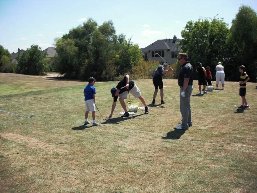 Practica tu swing en el Meadowbrook Farms Golf Club en Katy