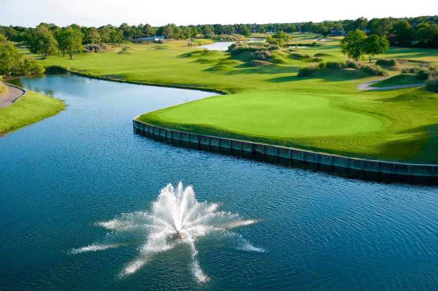 Cuerpo de agua en el club de golf The Club at Falcon Point en Katy