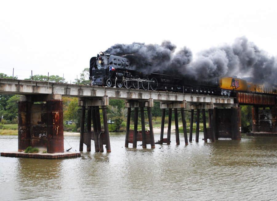 Puente ferroviario sobre el río San Jacinto en Humble