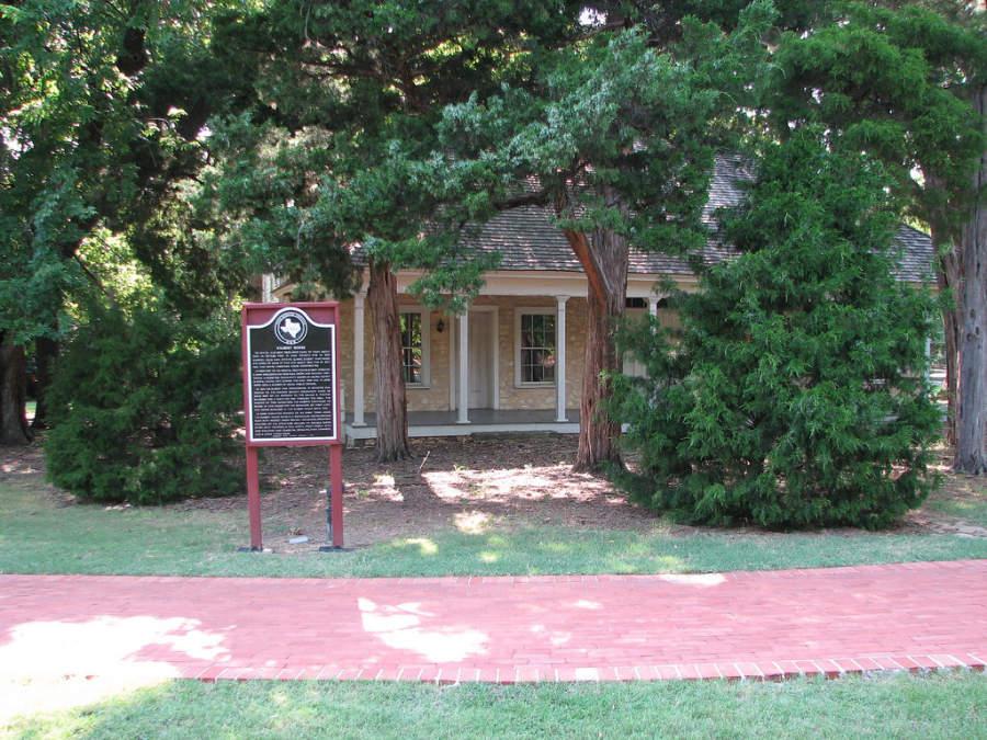 La Casa Gilbert es un edificio declarado sitio histórico que data del año 1856