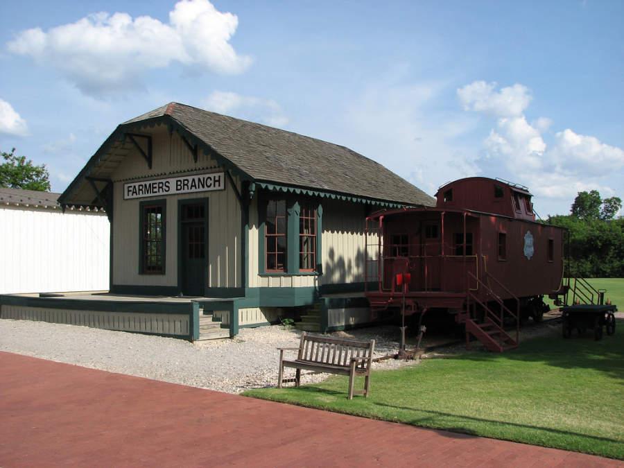 El Parque Histórico de Farmers Branch alberga un depósito ferroviario y un vagón de 1877