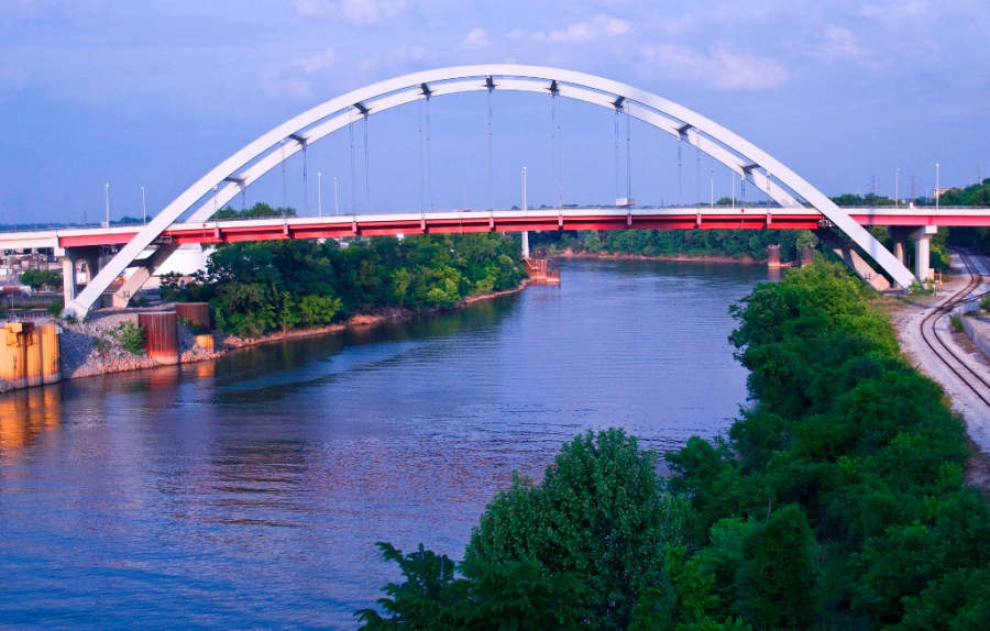 Vista del puente Gateway sobre el río Cumberland en Nashville