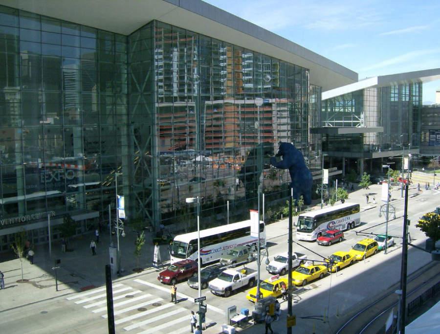 Vista exterior del Centro de Convenciones de Denver, Colorado