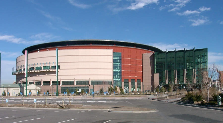 Vista exterior del pabellón multideportivo Pepsi Center en Denver