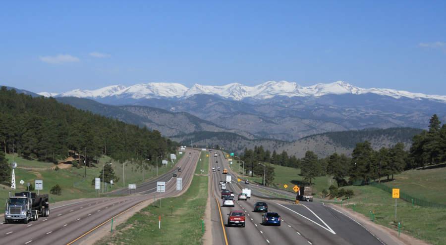 Una carretera en Denver y al fondo las Montañas Rocosas