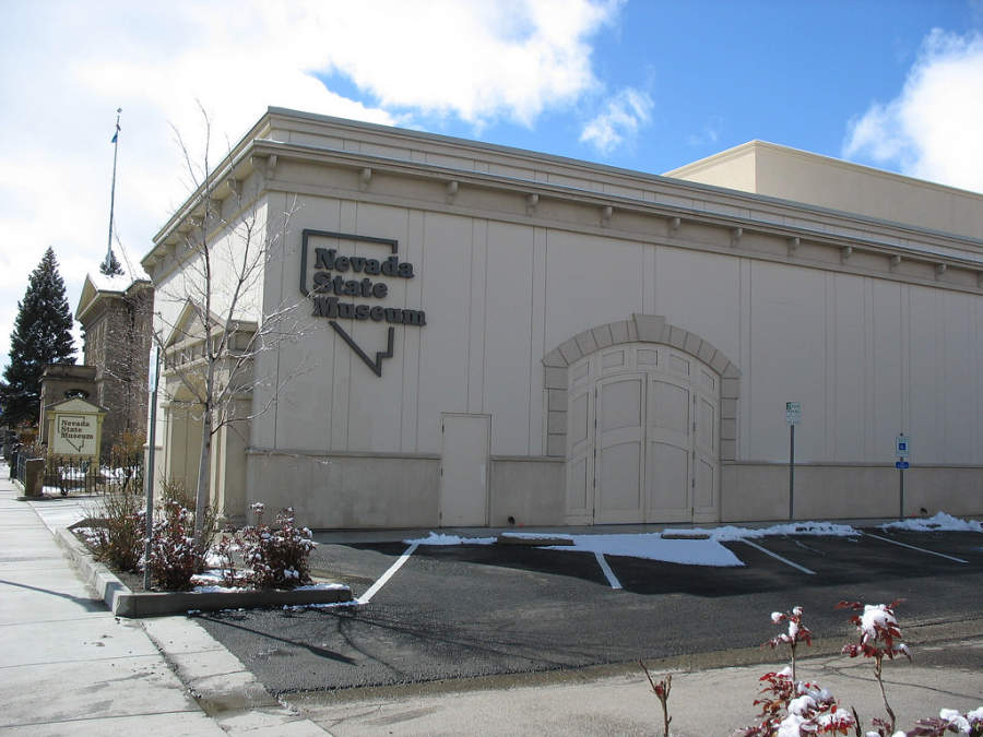 Vista lateral del Museo Estatal de Nevada en Carson City