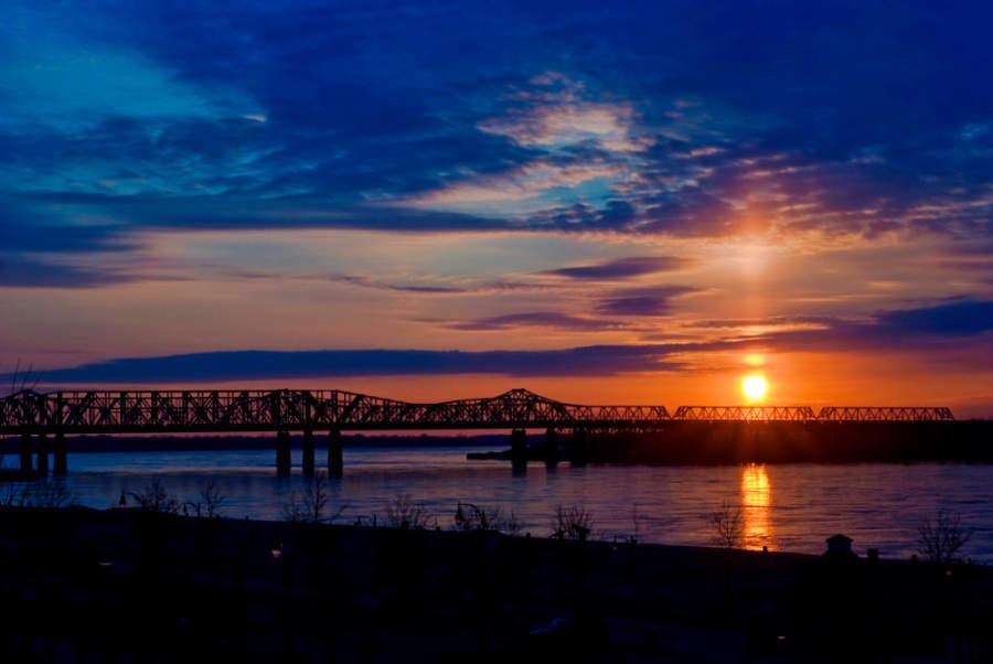 Atardecer sobre el río Misisipi