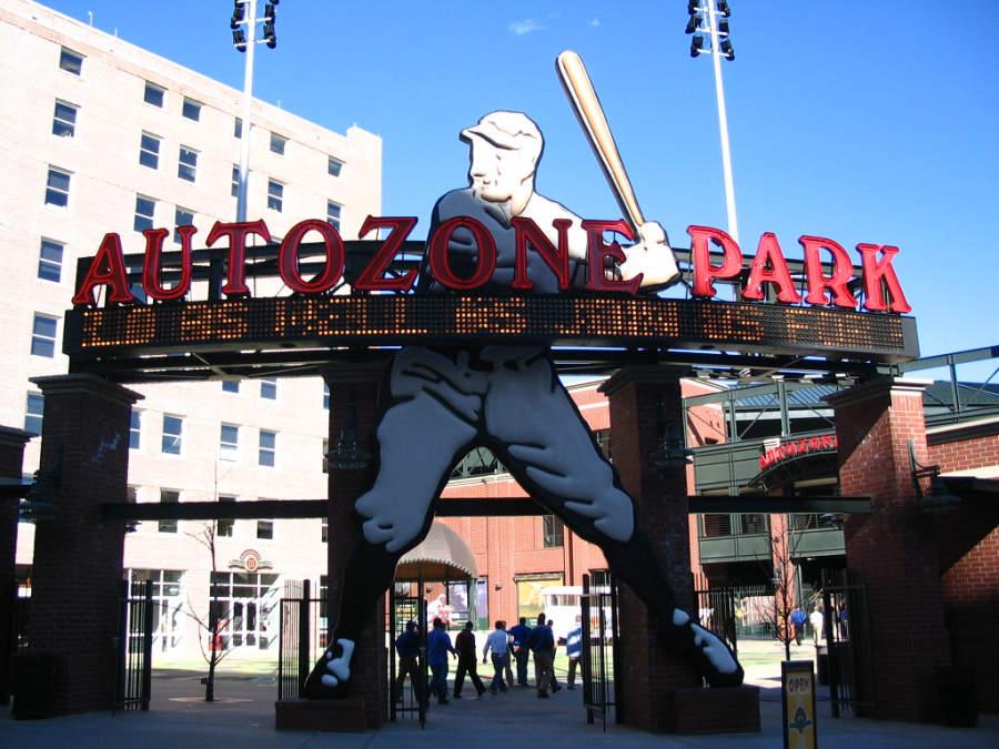 Entrada del estadio de béisbol AutoZone Park en Memphis