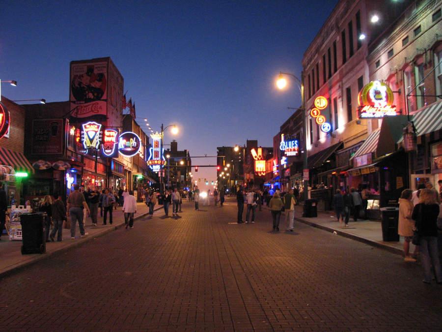 A lo largo de la calle Beale hay centros nocturnos con música blues y soul
