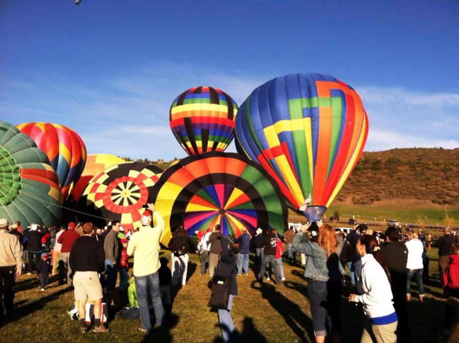 Participantes en el festival de globos aerostáticos en Snowmass Village