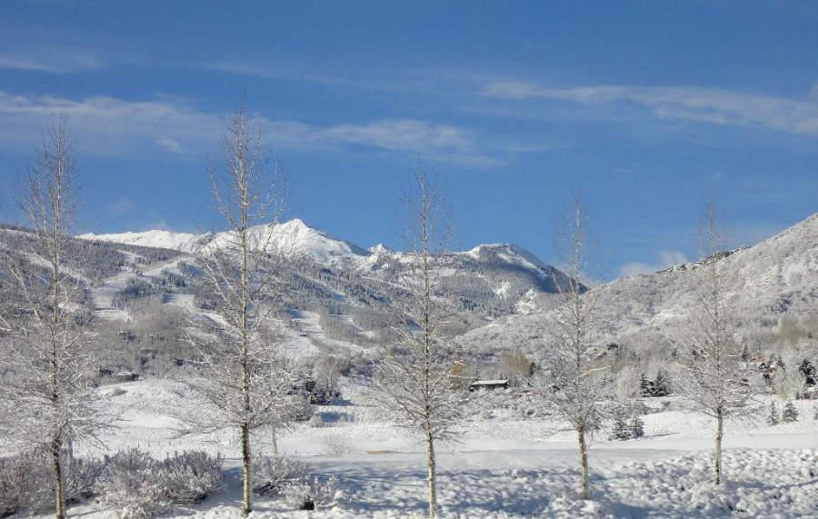 Montañas revestidas de nieve en Snowmass Village