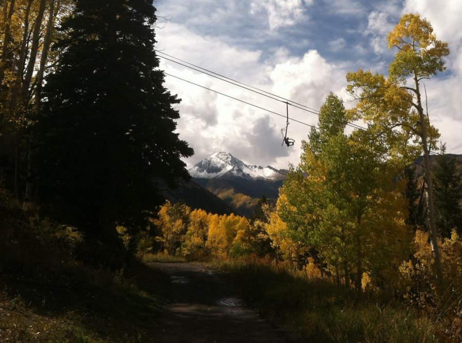 Paisaje de las montañas y el bosque en Snowmass Village