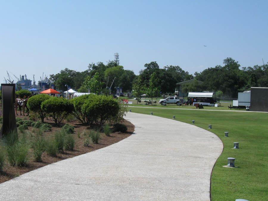 En el Parque Riverfront hay senderos para caminar o andar en bicicleta
