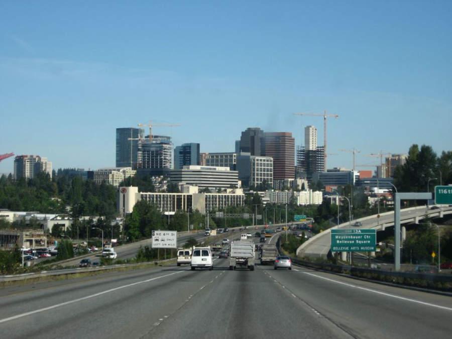 La ciudad de Bellevue se encuentra entre el lago Washington y el lago Sammamish
