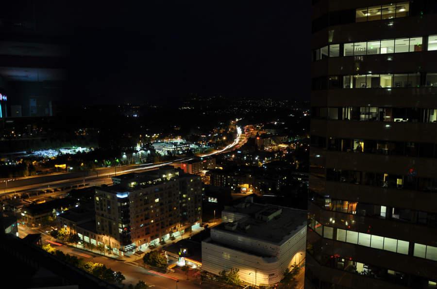 La ciudad de Bellevue de noche