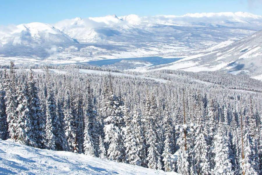 Montañas revestidas de nieve en Keystone, Colorado