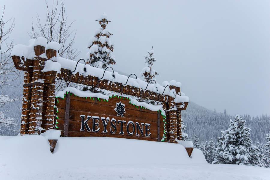 Letrero de Keystone en el invierno
