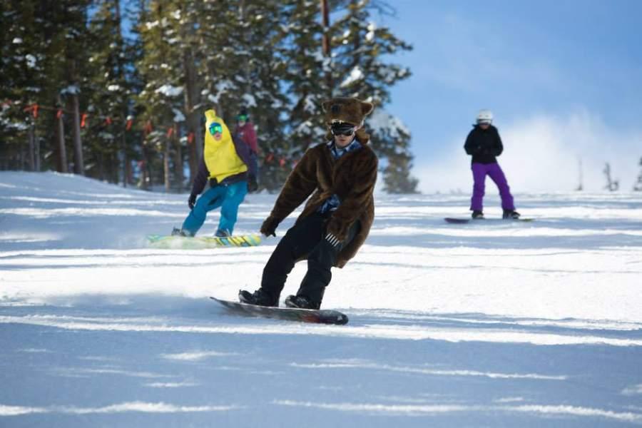 Visitantes haciendo snowboard en Keystone, Colorado