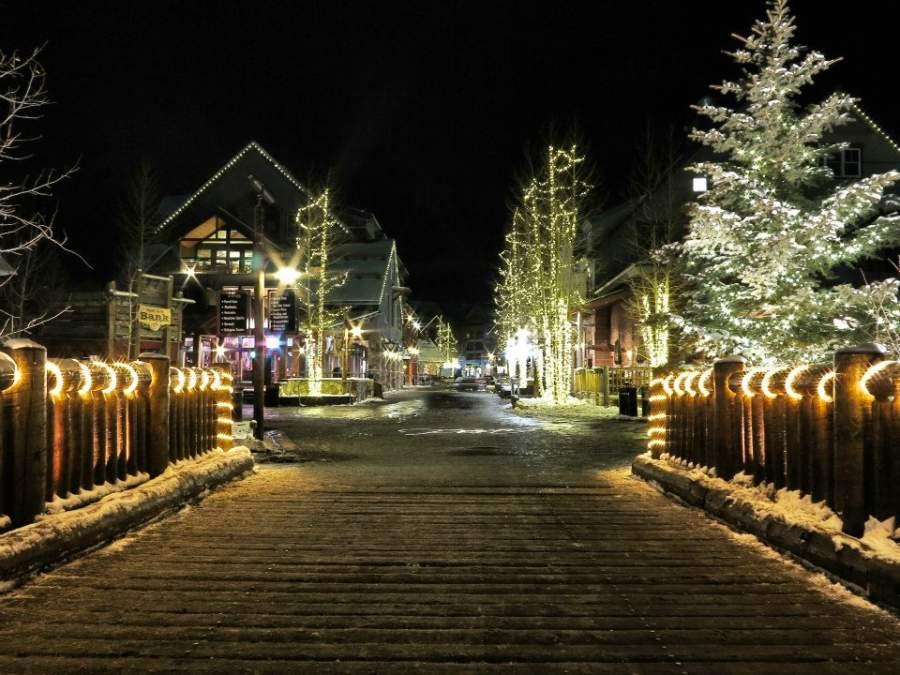 Vista nocturna de la comunidad de Keystone iluminada