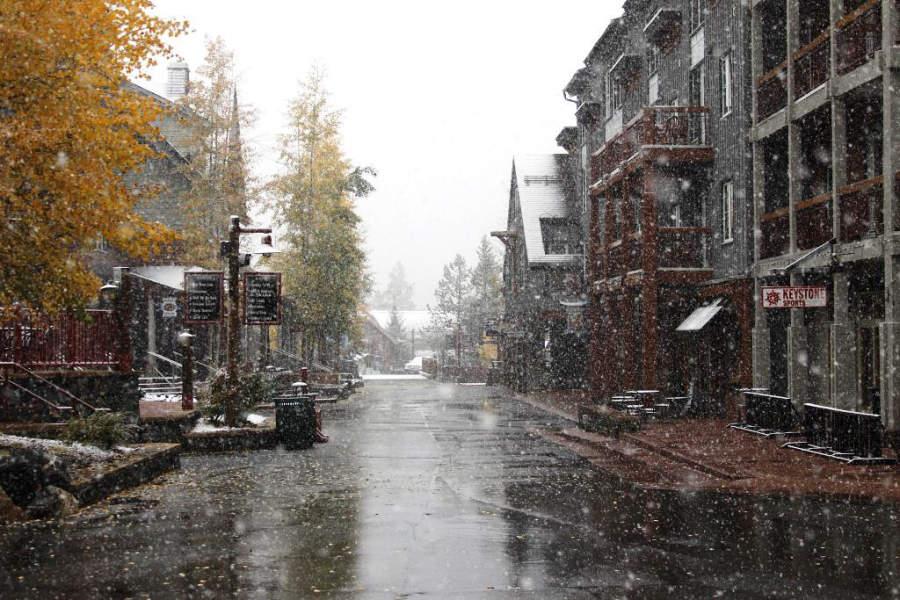 Paisaje de una calle en Keystone en un día lluvioso