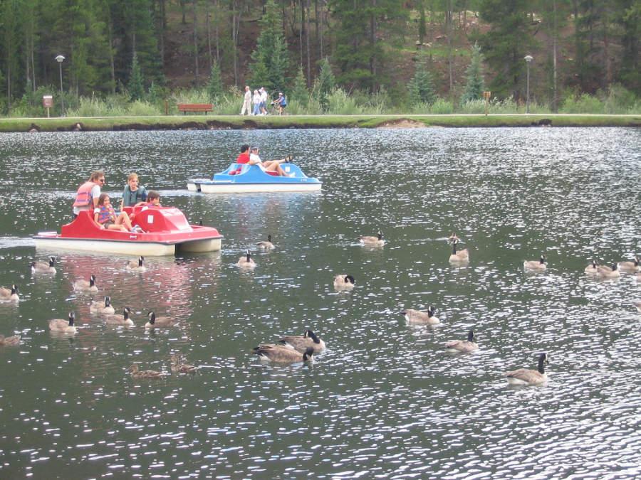 Disfruta de un paseo en el lago de Keystone en el verano