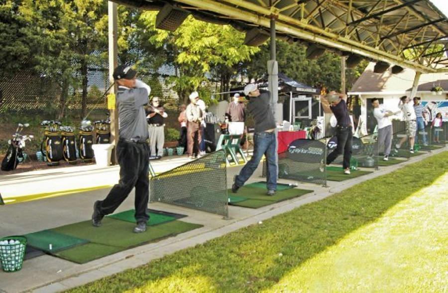 Practica tu swing en el parque deportivo Dulles Golf Center & Sports Park