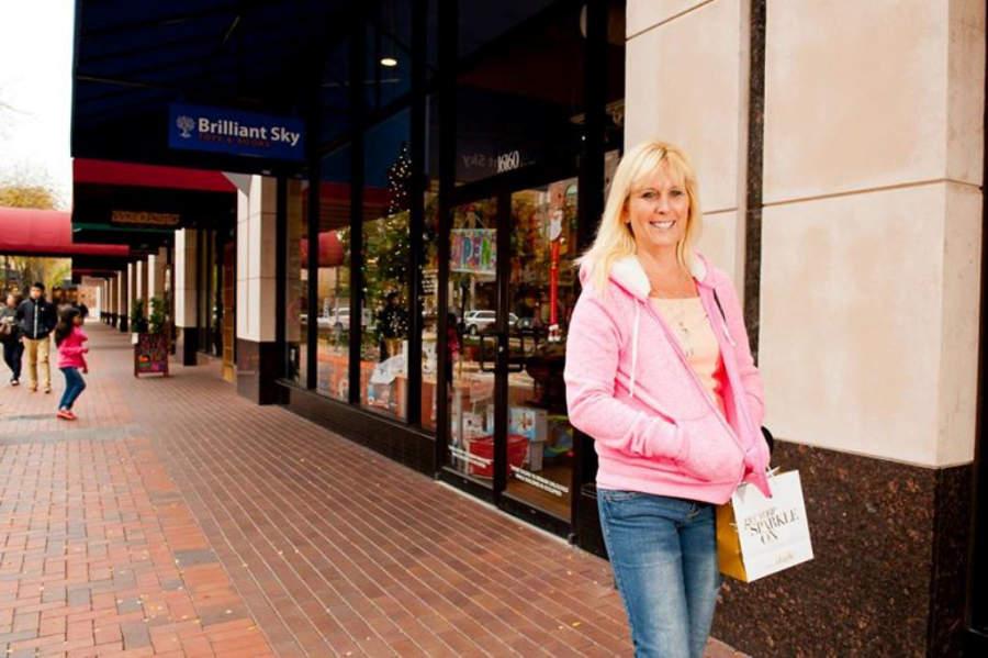 Haz tus compras en el centro comecial Sugarland Plaza Shopping Center de Sterling