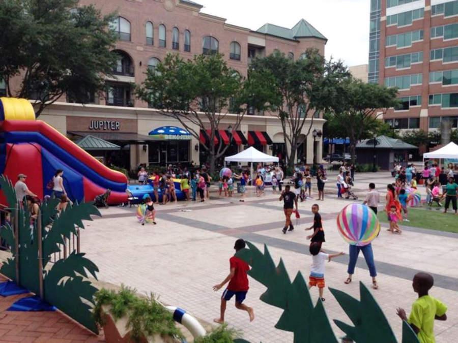 Zonas al aire libre del centro comercial Sugarland Plaza Shopping Center
