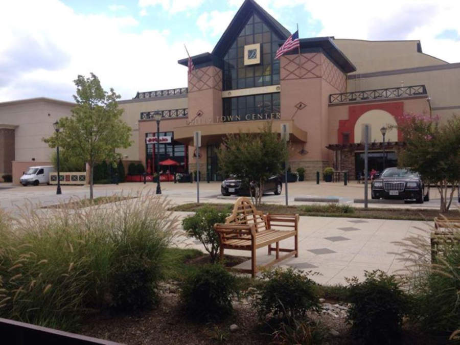 El centro comercial Dulles Town Center cuenta con tiendas, restaurantes y cines