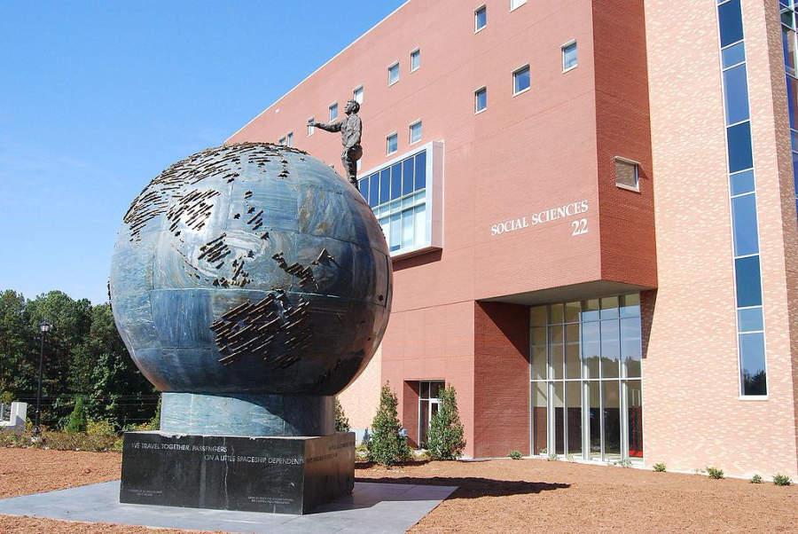 Escultura en la entrada de la Universidad Estatal de Kennesaw