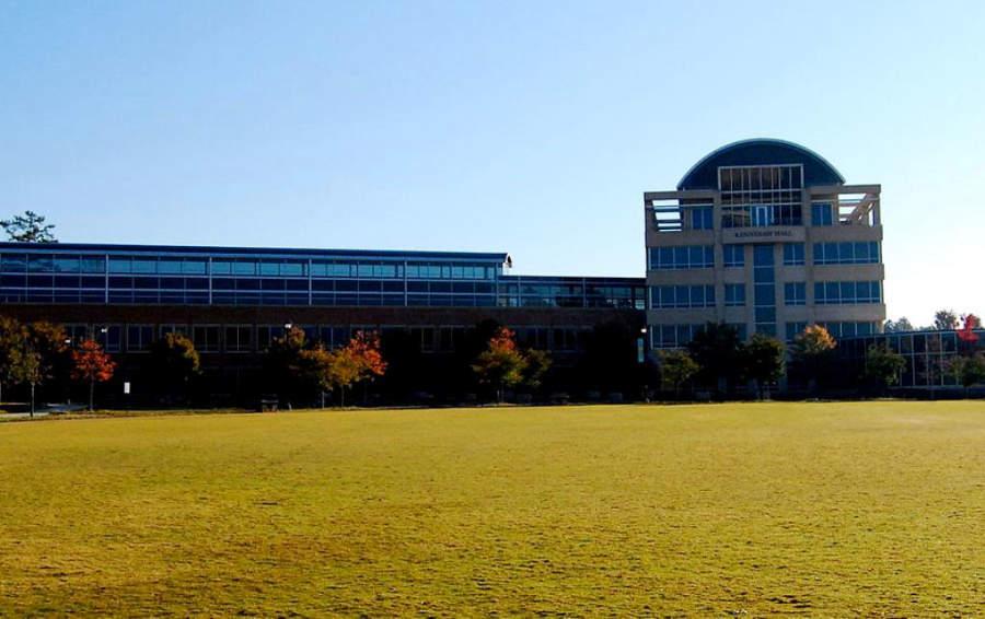 Vista lateral de un edificio de la Universidad Estatal de Kennesaw