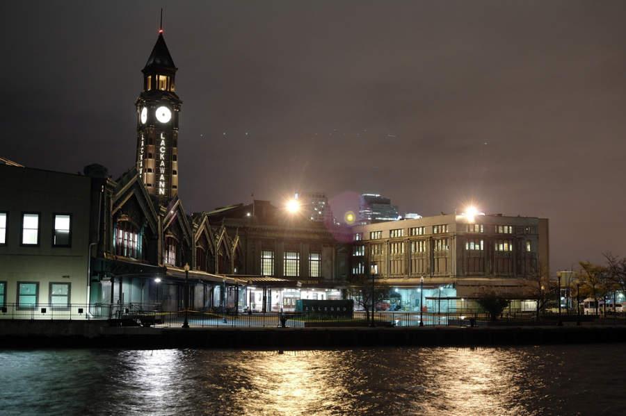 Vista nocturna de la Terminal Hoboken