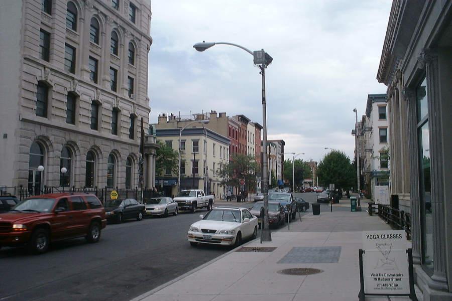 Calle en el centro de la ciudad de Hoboken, en Nueva Jersey